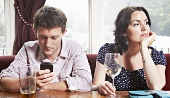 unsociable-media-man-ignoring-woman-date.jpg